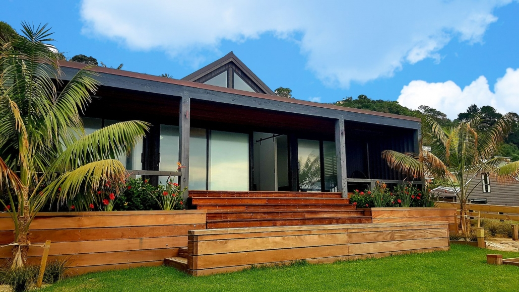 Example of contemporary NZ bach on Waiheke Island built by Whelan Building